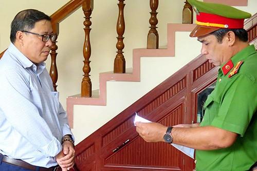 Nguyên chủ tịch huyện Đông Hòa  (trái) nghe đọc lệnh bắt.