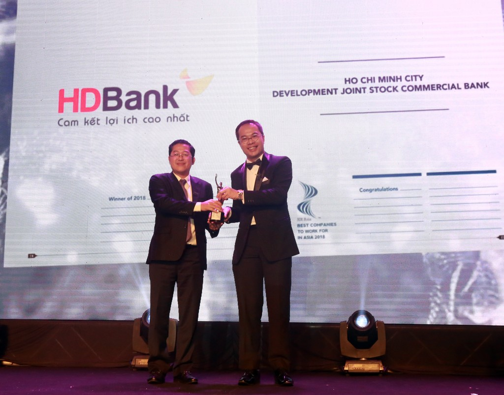 Ông Phạm Quốc Thanh – Phó TGĐ HDBank (trái) đại diện lãnh đạo HDBank nhận giải thưởng ngân hàng có nơi làm việc tốt nhất Châu Á