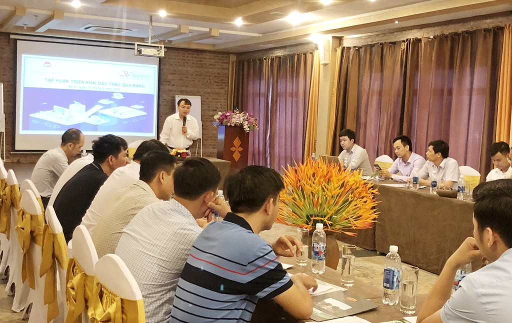 Ông Phạm Thy Hùng, Giám đốc Trung tâm Đấu thầu qua mạng quốc gia phát biểu tại Chương trình tập huấn triển khai đấu thầu qua mạng. Ảnh: Hồng Ngọc