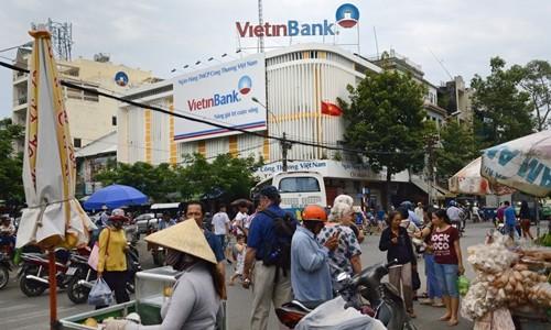 Bên ngoài một chi nhánh của VietinBank tại TP HCM.