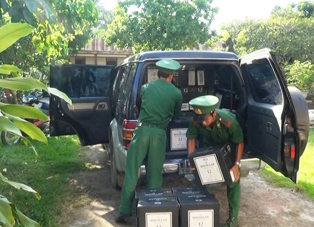 Quảng Trị: Tài xế ô tô chở hàng trăm chai rượu ngoại, giá nửa tỷ bỏ trốn khi bị phát hiện - ảnh 1