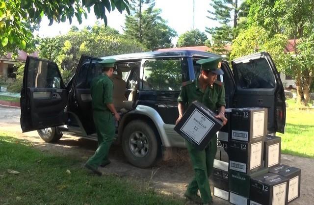 Quảng Trị: Tài xế ô tô chở hàng trăm chai rượu ngoại, giá nửa tỷ bỏ trốn khi bị phát hiện - ảnh 2