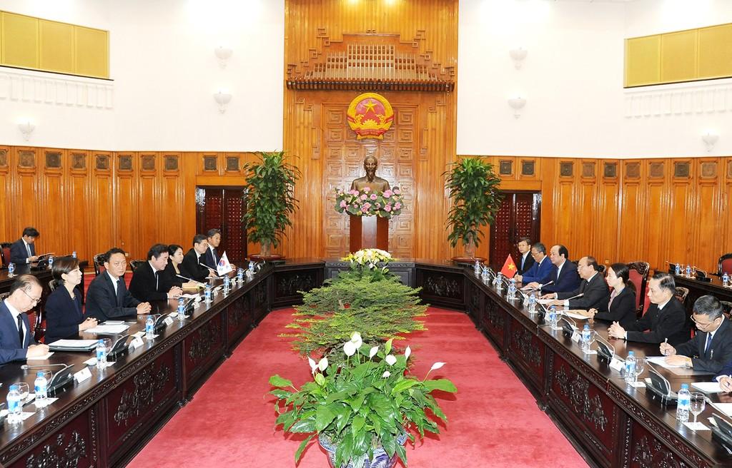 Thủ tướng Nguyễn Xuân Phúc hội kiến Thủ tướng Hàn Quốc - ảnh 1