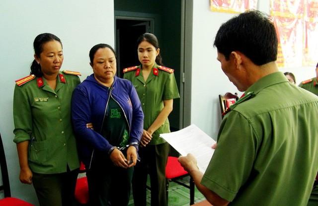Dương Thị Thu nghe lệnh khởi tố vụ án và lệnh bắt tạm giam để điều tra về hành vi lưu hành tiền giả