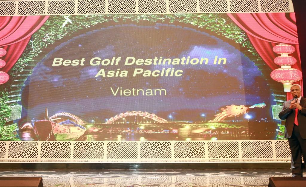 Ông Mike Sebastian - Giám đốc điền hành Tập đoàn Gôn Châu Á Thái Bình Dương công bố Việt Nam trở thành Điểm đến Gôn tốt nhất Châu Á Thái Bình Dương (Best golf Destination in Asia Pacific) tại Hội nghị Gôn Châu Á Thái Bình Dương 2017
