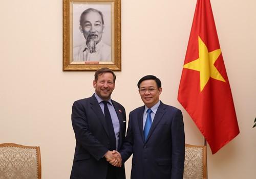 Phó Thủ tướng Vương Đình Huệ tiếp Đặc phái viên về thương mại của Thủ tướng Anh Edward Vaizey. Ảnh: VGP
