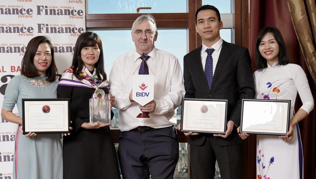 Đại diện BIDV nhận cúp và chứng nhận giải thưởng từ Giám đốc điều hành Tạp chí GB&FR Martin Murphy (đứng giữa)
