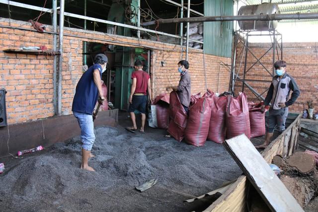 Đắk Nông: Truy tố 5 đối tượng trong vụ trộn tạp chất cà phê với nước bột pin - ảnh 1