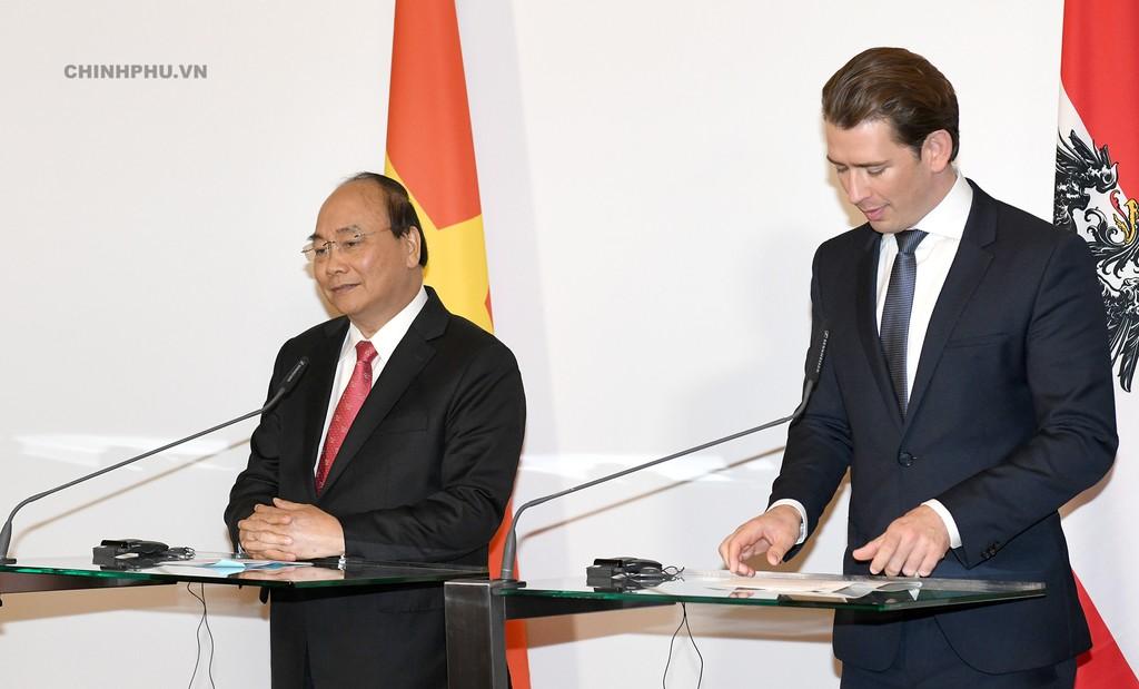 Thủ tướng Nguyễn Xuân Phúc và Thủ tướng Áo Sebastian Kurz họp báo chung sau hội đàm - Ảnh: VGP