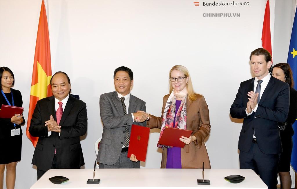 Hai Thủ tướng chứng kiến lễ ký Bản ghi nhớ về hợp tác Thương mại điện tử, và Công nghiệp 4.0 giữa Bộ Công Thương và Bộ Số hóa và Kinh tế Áo