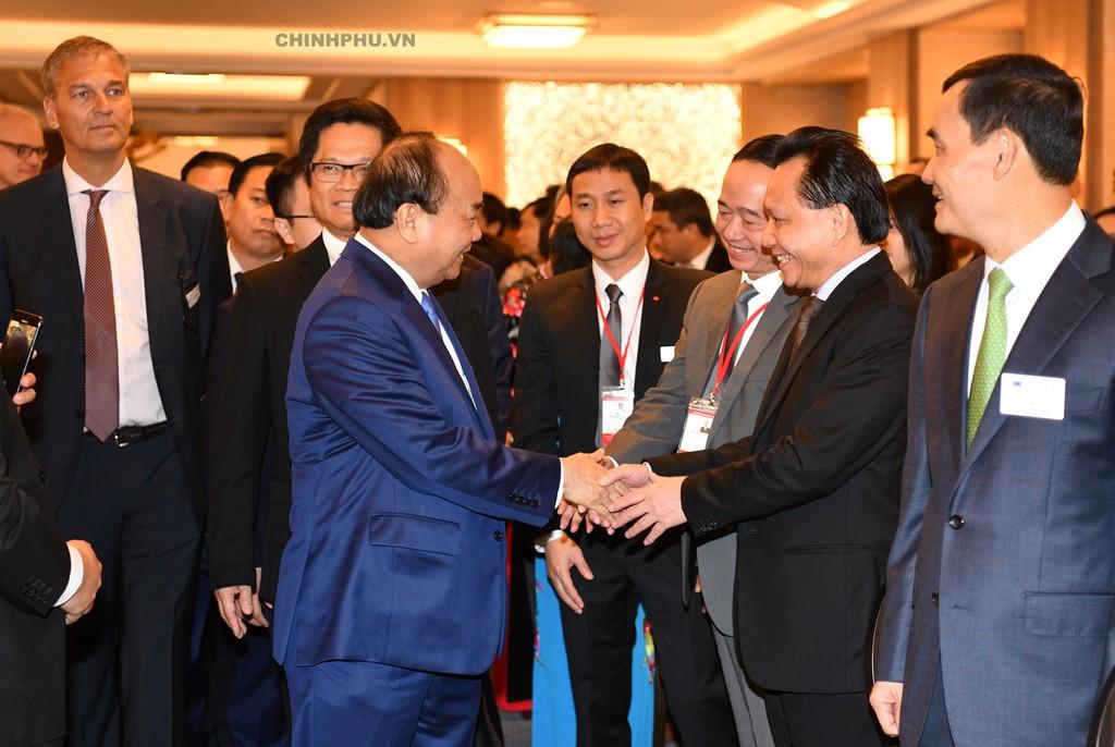 Thủ tướng gặp gỡ các doanh nghiệp tại Diễn đàn. Ảnh: VGP