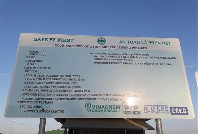 Bảng thông báo về dự án khai thác và chế biến muối mỏ tại Lào của Vinachem.