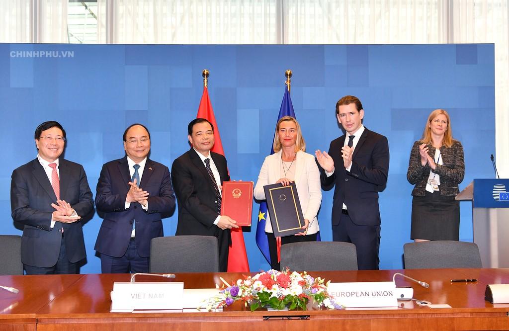Thủ tướng chứng kiến ký thỏa thuận chống khai thác gỗ bất hợp pháp Việt Nam-EU - ảnh 1