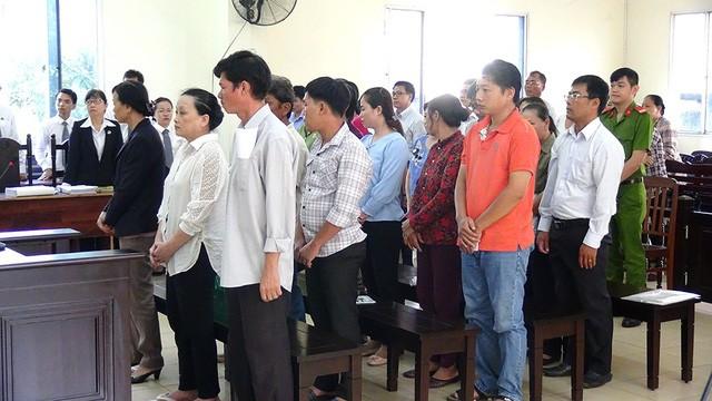 Bị cáo Trần Thị Lệ Thu (hàng đầu, giữa) cùng các đồng phạm tại phiên tòa.
