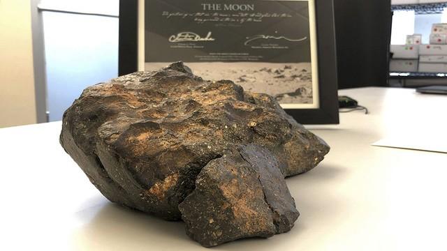 Tảng thiên thạch từ mặt trăng nặng 5,5 kg được đấu giá với mức giá khiến nhiều người giật mình.