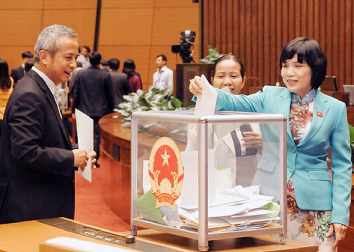 Các đại biểu Quốc hội tiến hành lấy phiếu tín nhiệm tại kỳ họp thứ 8, Quốc hội khoá XIII ngày 15/11/2014. Ảnh: QH.