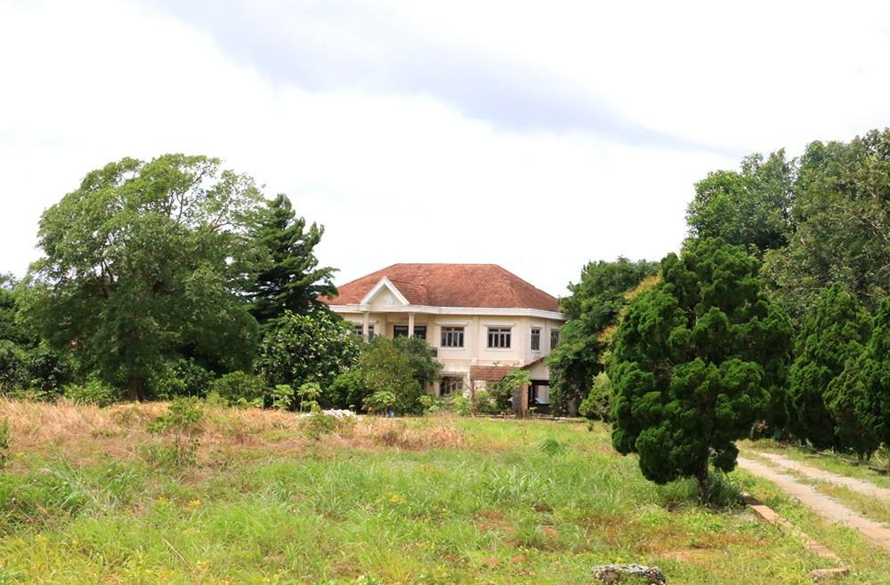 """Biệt thự và khu đất liên quan đến vụ án được bán với """"giá bèo""""."""