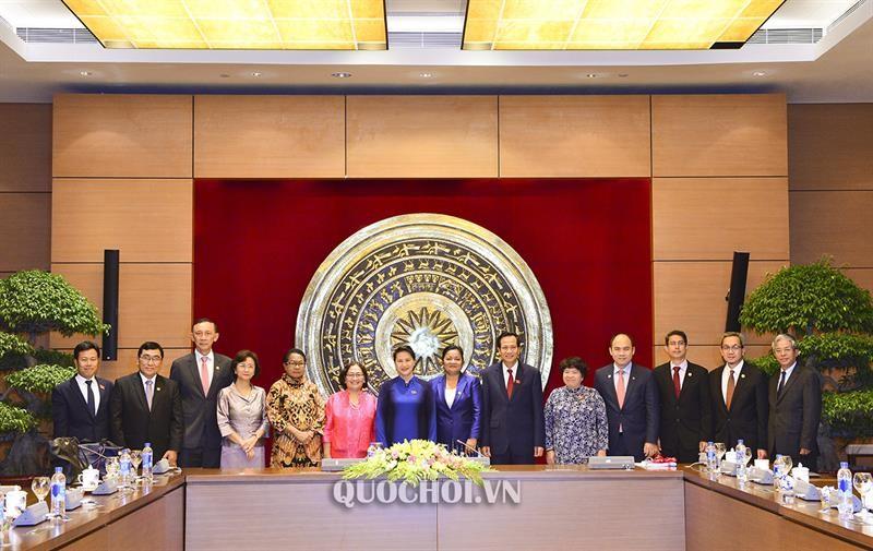 Chủ tịch Quốc hội Nguyễn Thị Kim Ngân chụp ảnh cùng các đại biểu tham dự buổi gặp mặt. Ảnh: quochoi.vn