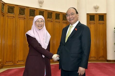 Thủ tướng Nguyễn Xuân Phúc tiếp Phó Thủ tướng Malaysia Wan Azizah Wan Ismail - Ảnh: VGP