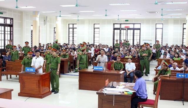 Quảng Bình: Cán bộ địa chính chiếm đoạt tiền làm sổ đỏ của người dân lãnh 18 năm tù - ảnh 2