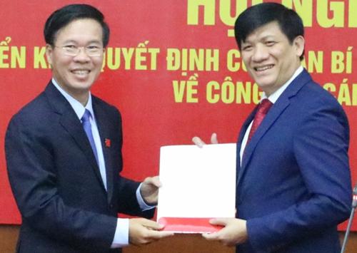 Ông Võ Văn Thưởng (trái) trao quyết định cho ông Nguyễn Thanh Long.