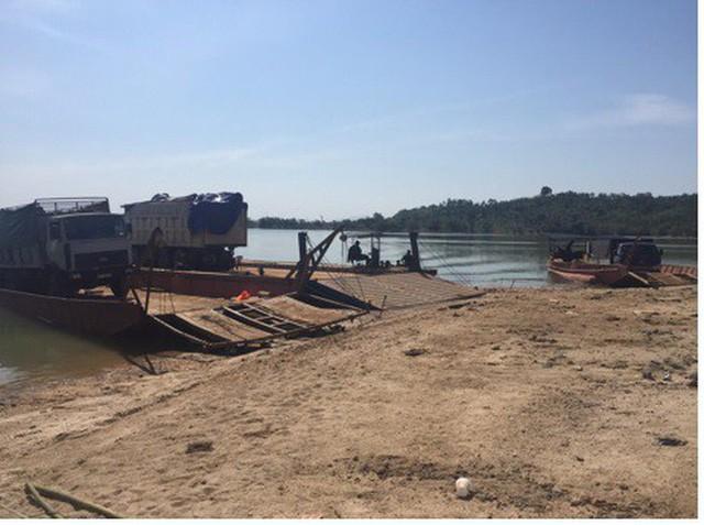 Hiện trường những chiếc sà lan đang chở xe tải chứa gỗ lậu