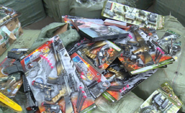 Thái Bình: Xe container chở hàng tấn đồ chơi bạo lực, mỹ phẩm và đồ chơi kích dục - ảnh 1