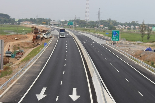 Sụt lún ở nút giao cao tốc 34.000 tỷ với đường xuống cảng Dung Quất - ảnh 1