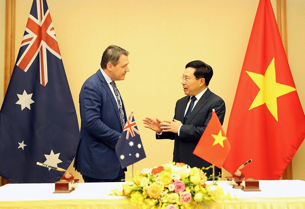 Phó Thủ tướng, Bộ trưởng Ngoại giao Phạm Bình Minh tiếp Thủ hiến Vùng Lãnh thổ Bắc Australia Michael Gunner. Ảnh: VGP