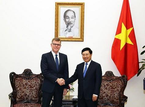 Phó Thủ tướng Phạm Bình Minh tiếp Phó Chủ tịch Ngân hàng Phát triển châu Á (ADB) Stephen Groff - Ảnh: VGP