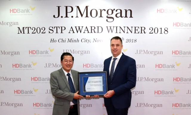 Ông Jason Clinton – Giám đốc Vùng Đông Nam Á và Australia, Ngân hàng J.P Morgan  trao giải thưởng cho đại diện lãnh đạo HDBank, ông Phạm Quốc Thanh – Phó Tổng giám đốc.