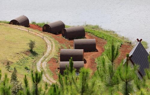 Dãy nhà gỗ xâm phạm Di tích thắng cảnh quốc gia hồ Tuyền Lâm.