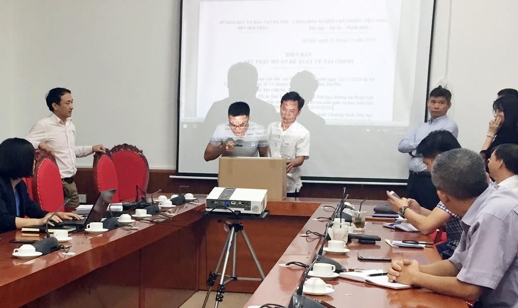 Thông tin từ Lễ mở hồ sơ ĐXTC cho thấy, giá dự thầu của Công ty CP Sữa Việt Nam thấp hơn giá dự thầu của Công ty CP Thực phẩm sữa TH khoảng hơn 130 tỷ đồng. Ảnh: Khánh Ngọc
