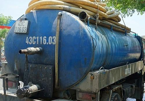 Xe chở chất thải do tài xế Sáng điều khiển và đổ xuống cống thoát nước đô thị.