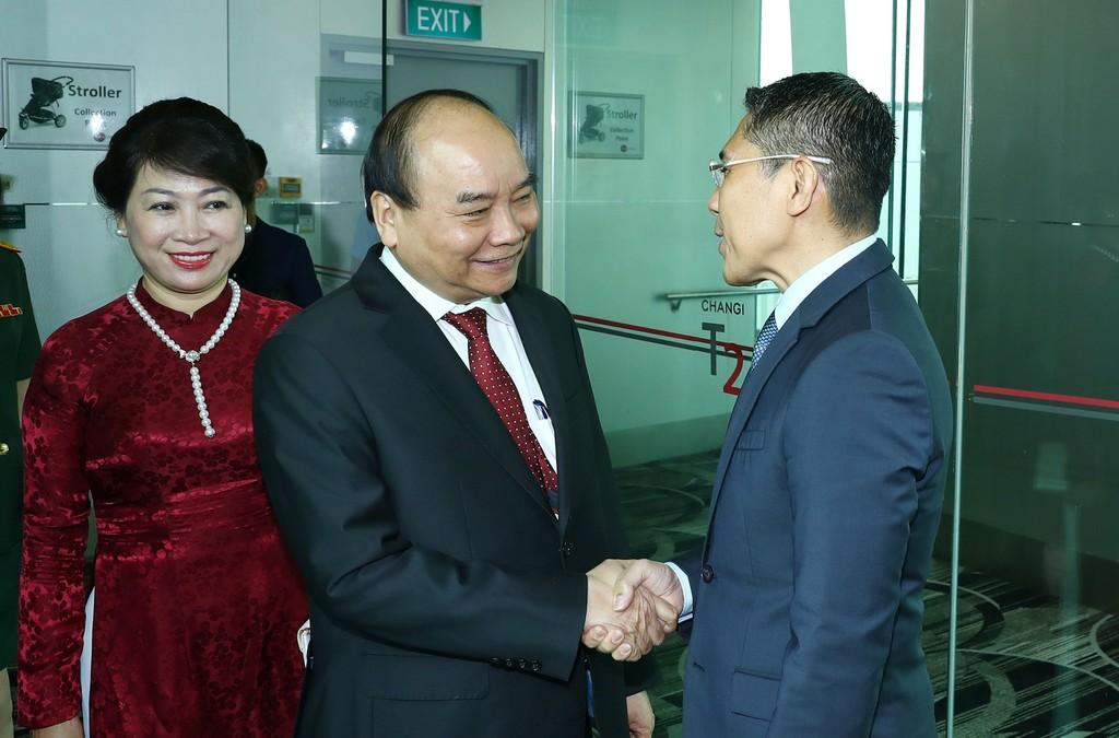 Quan chức Chính phủ Singapore đón Thủ tướng Nguyễn Xuân Phúc tại sân bay quốc tế Changi. Ảnh: VGP