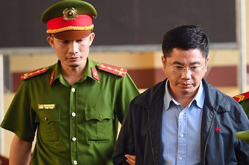 Bị cáo Nguyễn Văn Dương xuất hiện tại phiên xử vụ án đánh bạc nghìn tỷ ở Phú Thọ.