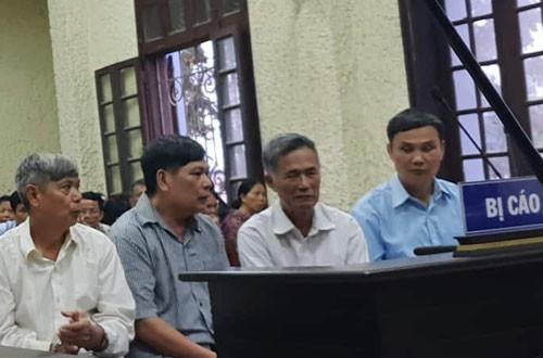 Nhóm nguyên cán bộ xã Yên Thắng tại phiên tòa sơ thẩm.