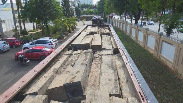 Hàng chục khối gỗ lậu được chất đầy trên 2 chiếc xe tải