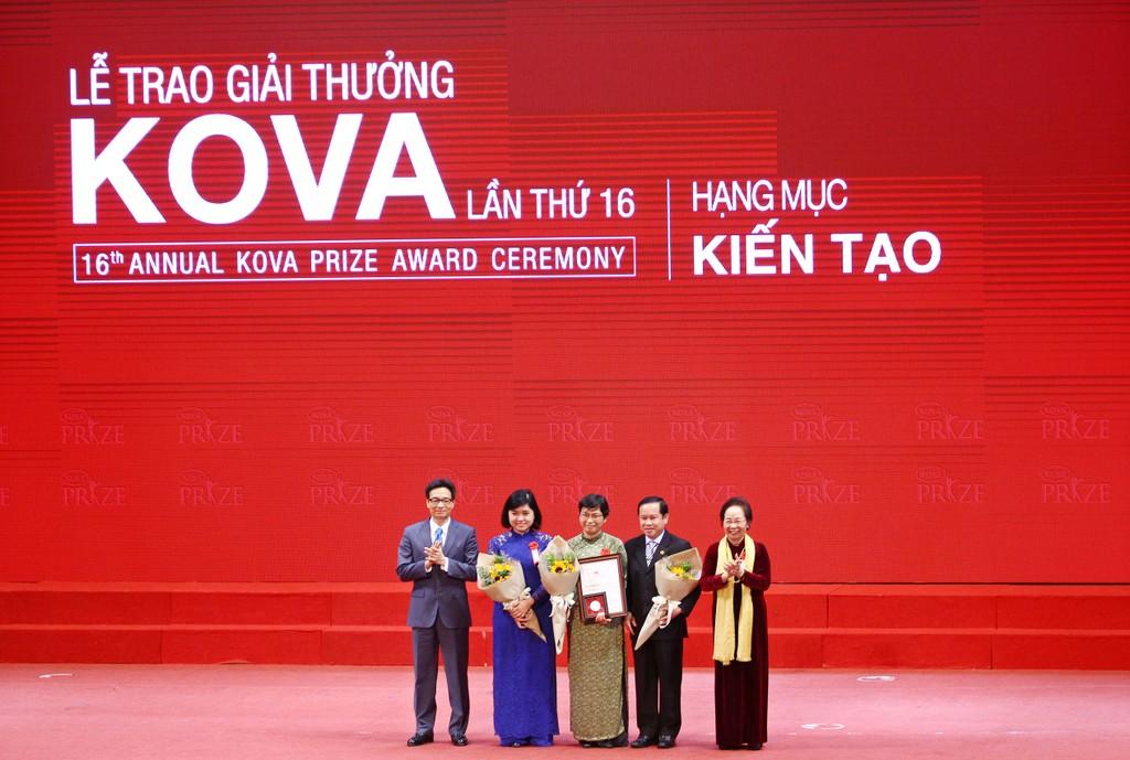 Phó Thủ tướng Vũ Đức Đam và Nguyên Phó Chủ tịch nước Nguyễn Thị Doan – Chủ tịch Ủy ban Giải thưởng KOVA trao giải thưởng hạng mục kiến tạo cho Khoa Thận, Bệnh viện Chợ Rẫy