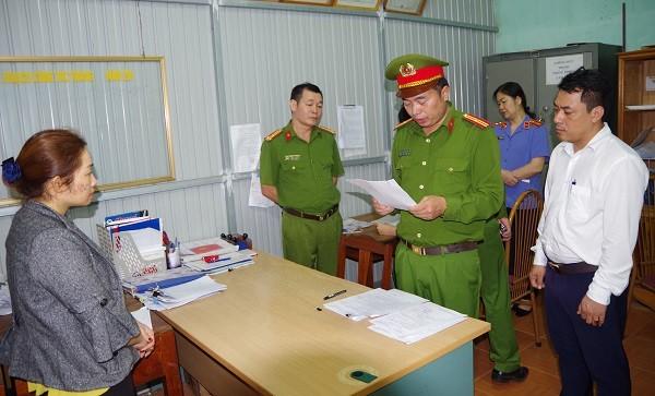 Đối tượng Nguyễn Thị Thoa (bên trái) đứng nghe Cơ quan Cảnh sát điều tra công bố Lệnh khám xét nơi ở (Ảnh: Công an Hà Giang).