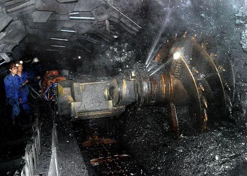 Công nhân khai thác than trong một hầm lò tại Quảng Ninh. Ảnh: TL