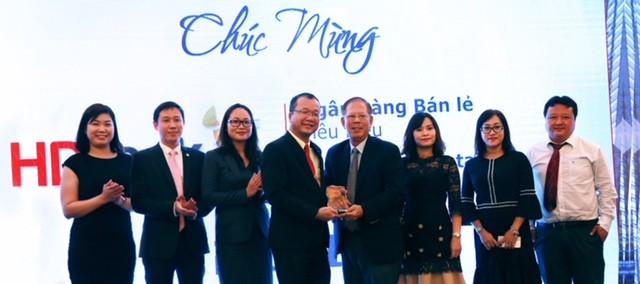 Ban lãnh đạo HDBank nhận giải Ngân hàng Bán lẻ Tiêu biểu từ BTC