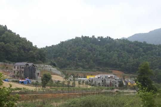 Nhiều công trình xây dựng trên đất rừng phòng hộ ở xã Minh Trí, huyện Sóc Sơn, TP Hà Nội (ảnh nld.com.vn)