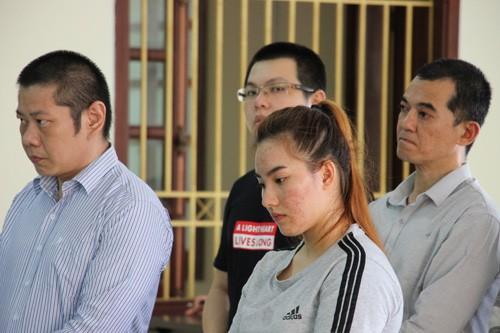 Fong (bìa trái) cùng các đồng phạm tại tòa.
