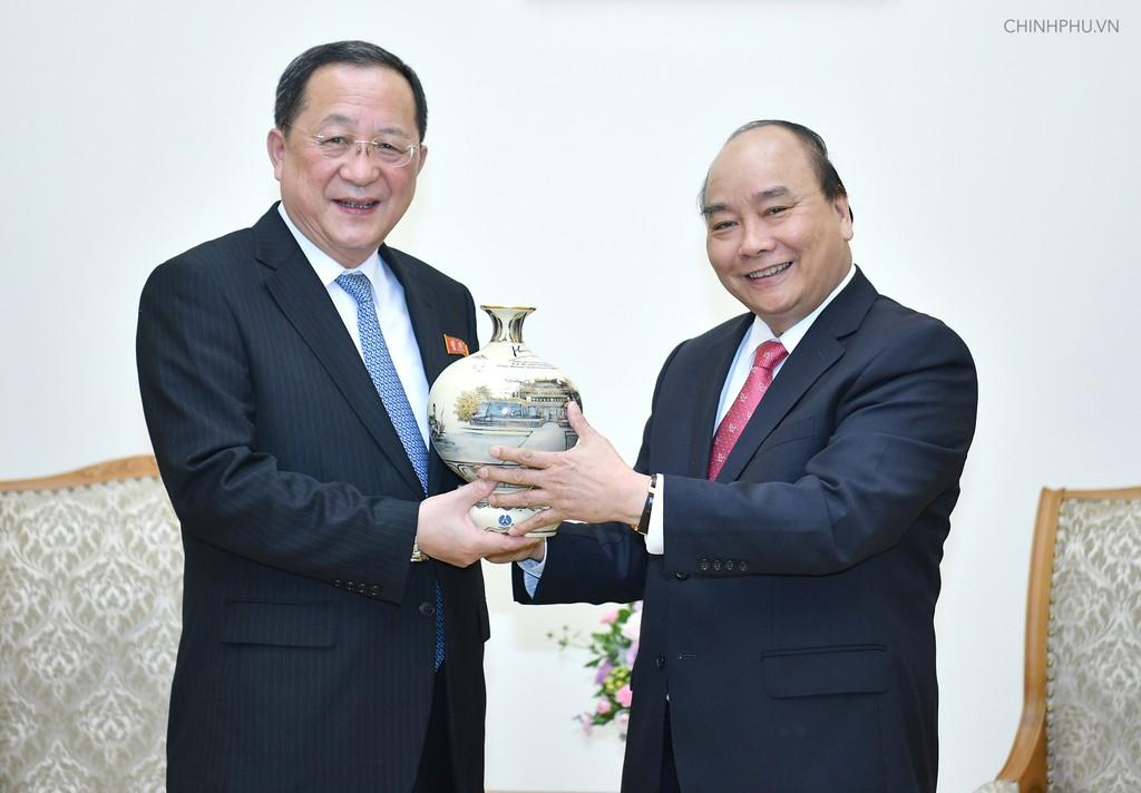 Thủ tướng Nguyễn Xuân Phúc trao quà lưu niệm tặng Bộ trưởng Ngoại giao Triều Tiên. - Ảnh: VGP