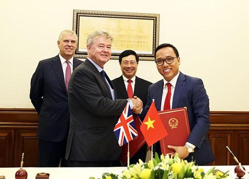 Phó Thủ tướng Phạm Bình Minh và Hoàng tử Anh Andrew chứng kiến lễ ký kết văn kiện hợp tác giữa các cơ quan của Anh và Việt Nam. Ảnh: VGP