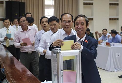 Các đại biểu HĐND tỉnh Quảng Nam tham gia bỏ phiếu: