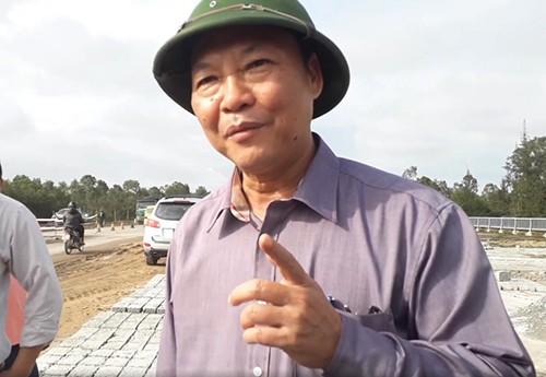 Ông Đỗ Xuân Diện đi kiểm tra sửa chữa tuyến đường ven biển bị ổ gà, ổ voi hồi tháng 1/2018.