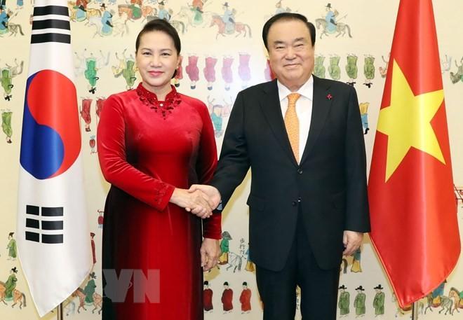 Chủ tịch Quốc hội Nguyễn Thị Kim Ngân và Chủ tịch Quốc hội Hàn Quốc Moon Hee Sang.
