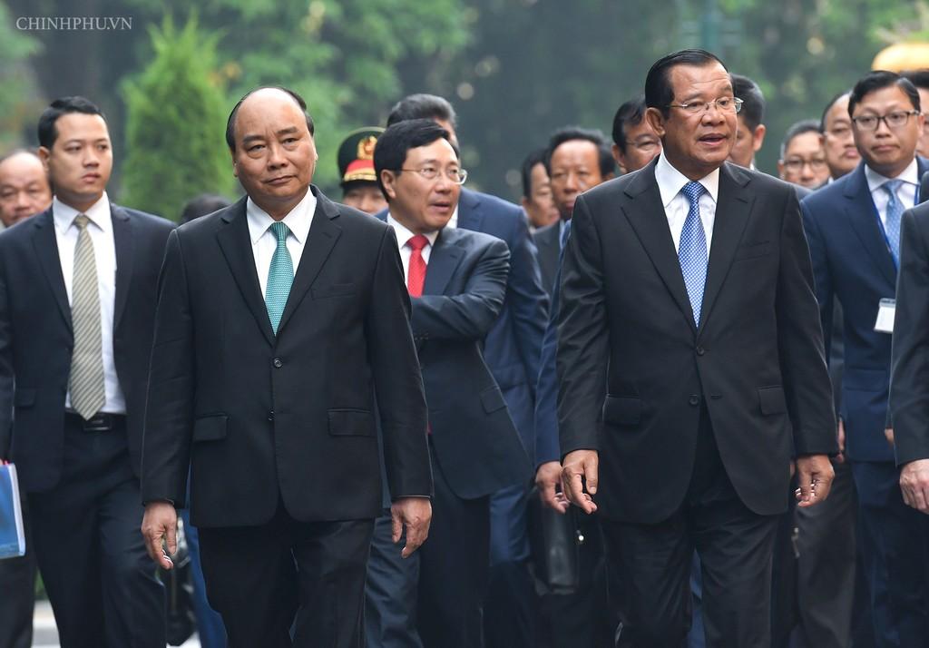 Chùm ảnh: Thủ tướng Nguyễn Xuân Phúc đón, hội đàm với Thủ tướng Campuchia - ảnh 1